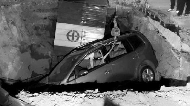 沈陽:倆車剮碰后追逐 一車栽進路邊深坑