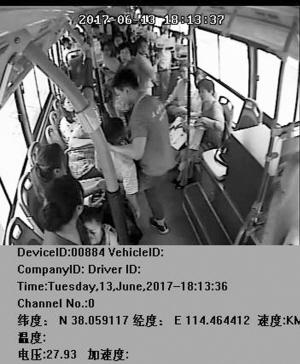 少年晕倒公交车上 司机乘客紧急救助