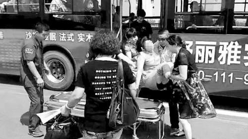 沈阳:女子公交上突发病 司机和乘客联手施救