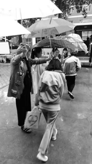 老师们排队冒雨打伞送考刷爆朋友圈 事发清苑区新华世纪中学