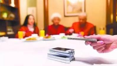 你能否做到放下手機陪父母過節?