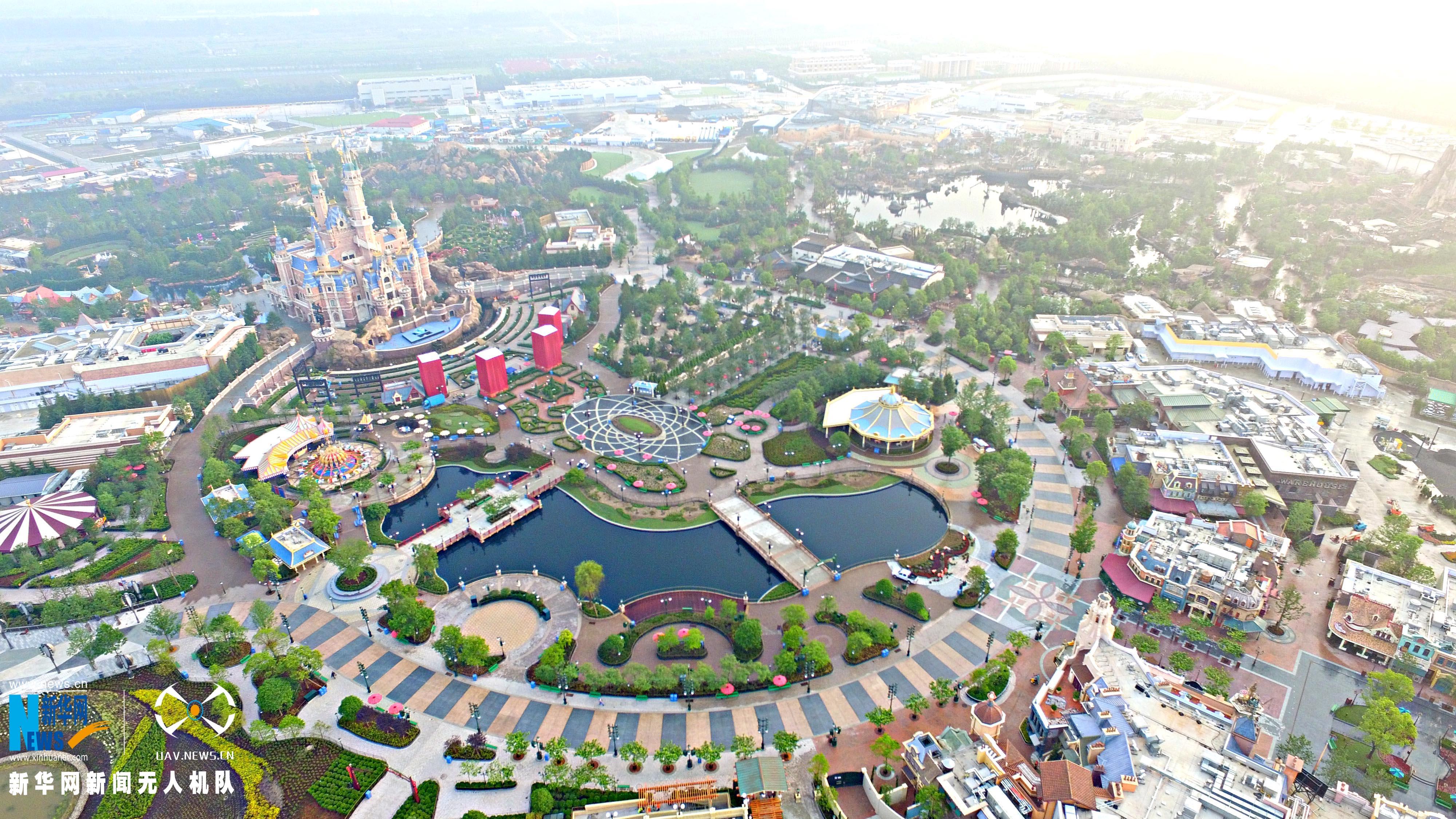 美爆了!航拍晨光下的上海迪士尼乐园 - 人在上海    - 中国新闻画报