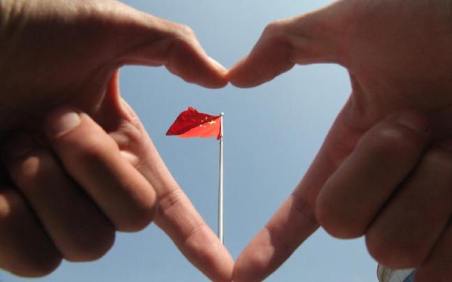 山西晋城:武警官兵向国旗致敬