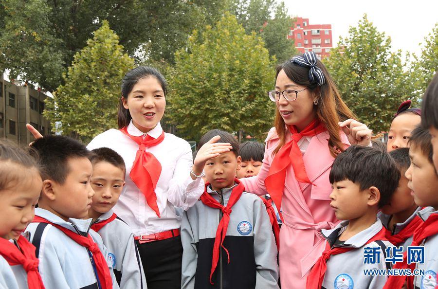 县第二实验小学少先队员入队仪式结束后,老师给同学们讲少先队成