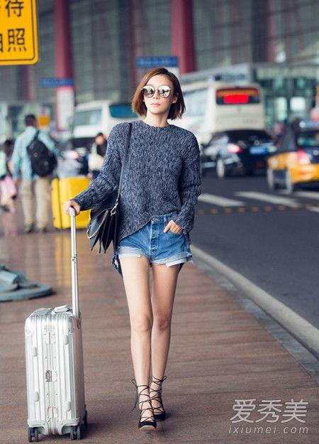 刘诗诗街拍照,深色系毛衣搭配波点短裙,俏皮可爱的少女风范,搭配丝袜