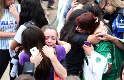 巴甲球队遭遇空难 大批球迷集结俱乐部球场相拥痛哭