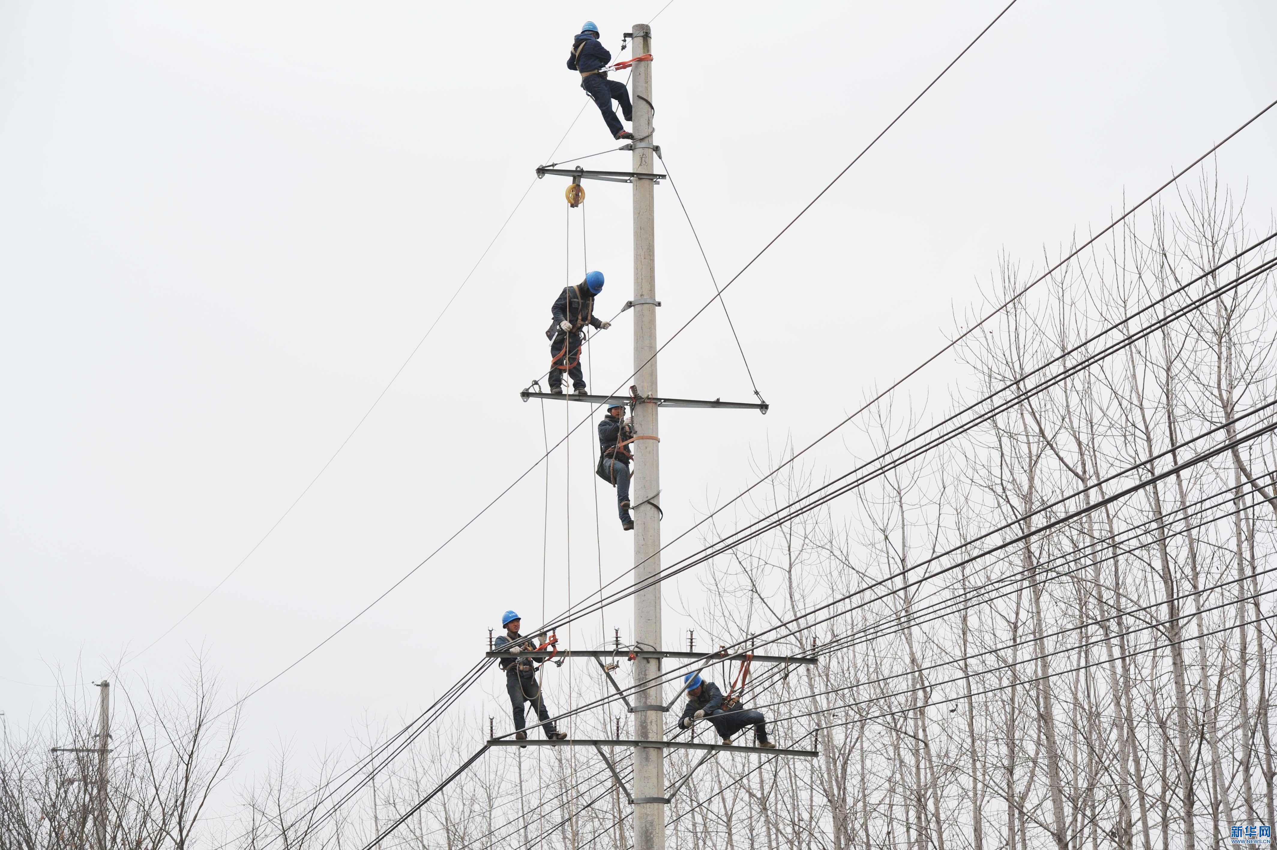 电力工人在高空对供电线路进行检修