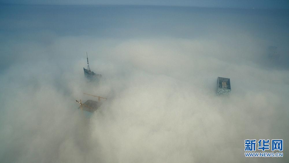 新华网航拍:空中俯瞰2017年首场大雾中的合肥地标
