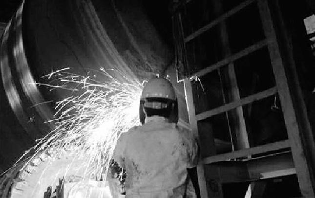 焊工范里洪:一把焊枪,焊接两段钢花绚丽的人生