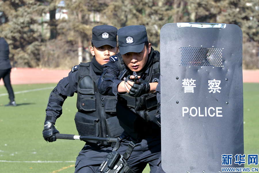 """西宁铁警开展""""铁拳2017 -I""""反恐应急处置演练"""