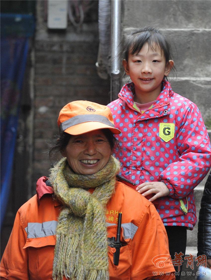 6岁女孩陪奶奶扫大街获称赞