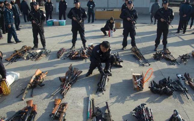 河南洛阳销毁非法枪械 大批管制物品被投入熔炉