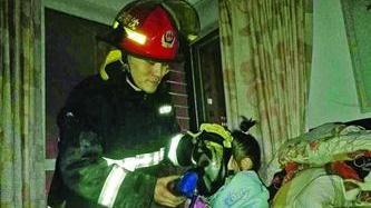 沈阳:消防员让出氧气罩 抱娃冲下15层楼