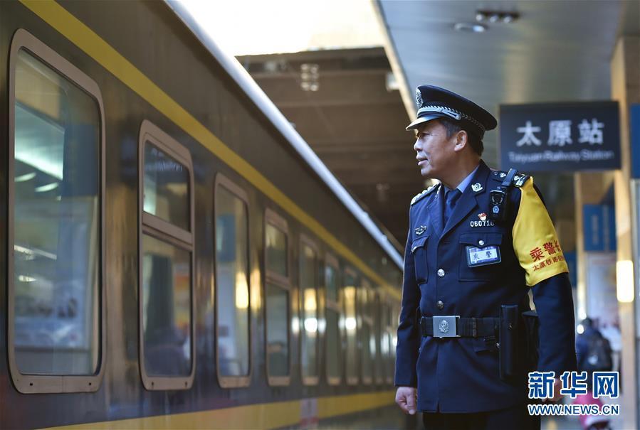"""""""快板乘警""""史恩礼:用快乐陪伴旅客回家路"""