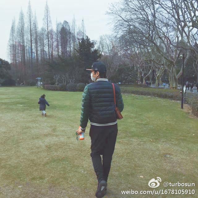 邓超变 女儿奴 陪小花公园散步 孙俪调侃:像大妈
