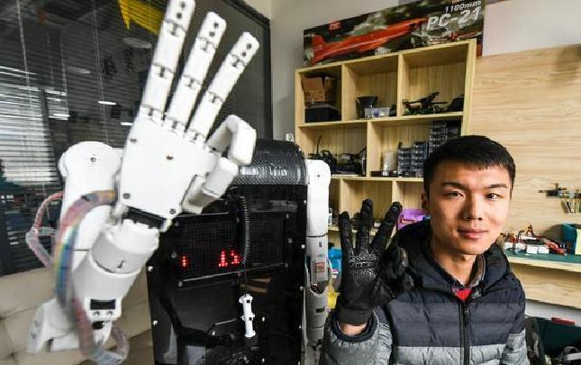 """走进校园""""创客"""" 看他的""""仿生手语翻译机器人"""""""