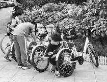 昆明交警:未满12岁的娃娃 别去骑共享单车