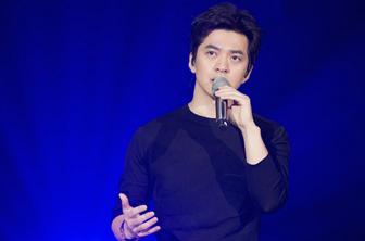 李健时隔两年回归《歌手》舞台 面不改色心狂跳坦言不轻松