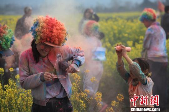 """云南腾冲十五万亩花海内上演""""彩色跑"""""""