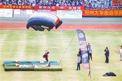 跳伞+航模 郑大校运会开幕式刷爆了朋友圈