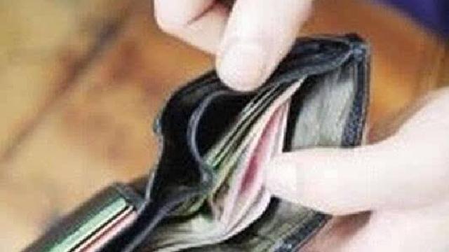 葫芦岛:女子捡钱包苦等失主 给5岁女儿做好榜样
