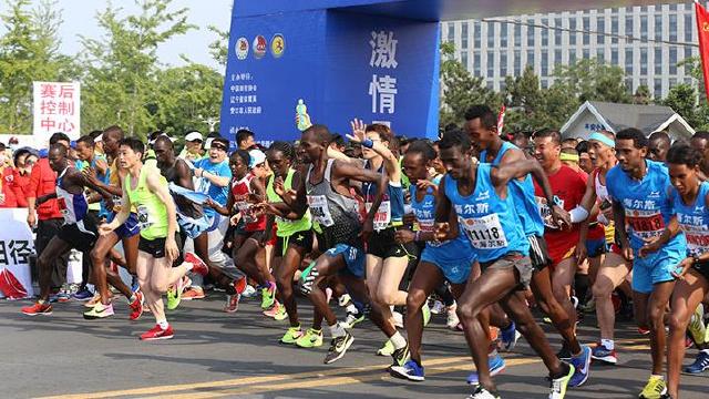 2017营口·鲅鱼圈国际马拉松赛正式鸣枪  16000余名选手在渤海之滨开跑