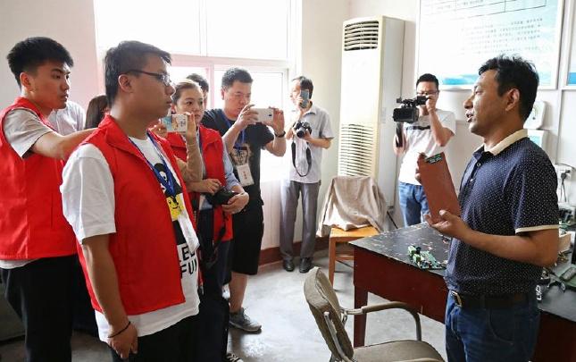 记者采访孟安