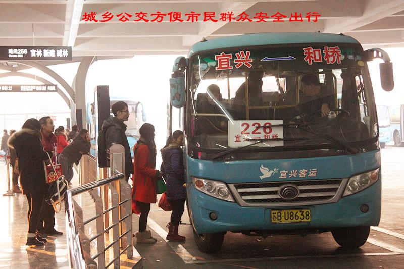 ...宜兴站在1月3日这天安全发送旅客达1.2980万人次.(宋立群)...
