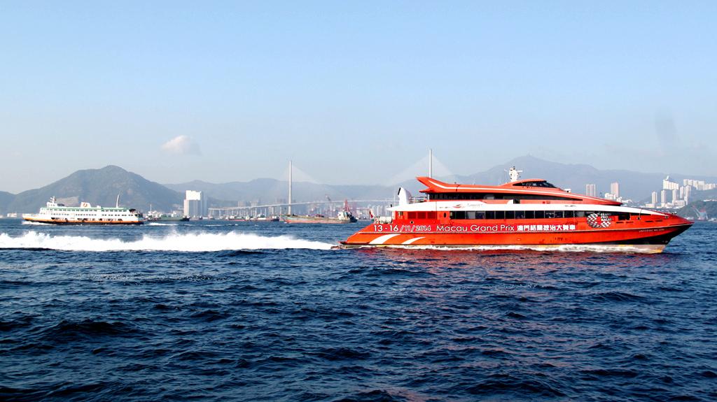 在去年12月2日,游览了香港南丫岛,是坐船上拍摄沿途香港海上风光的.