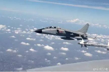 在那次事件中,中国战斗机绕着p-8飞机做了一个桶滚.