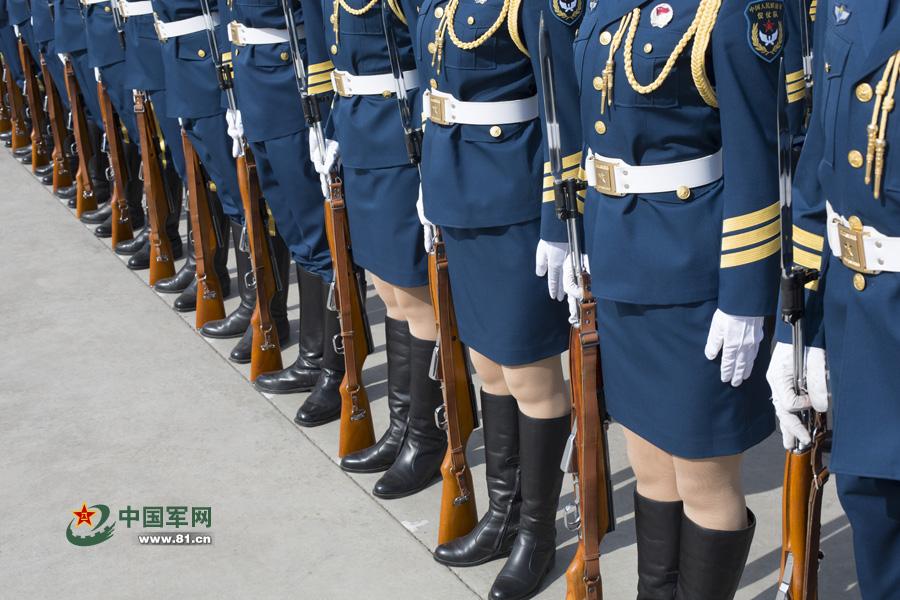 解放军首批仪仗队女兵训练揭秘 - 中国军徽44级 - 中国军徽博客