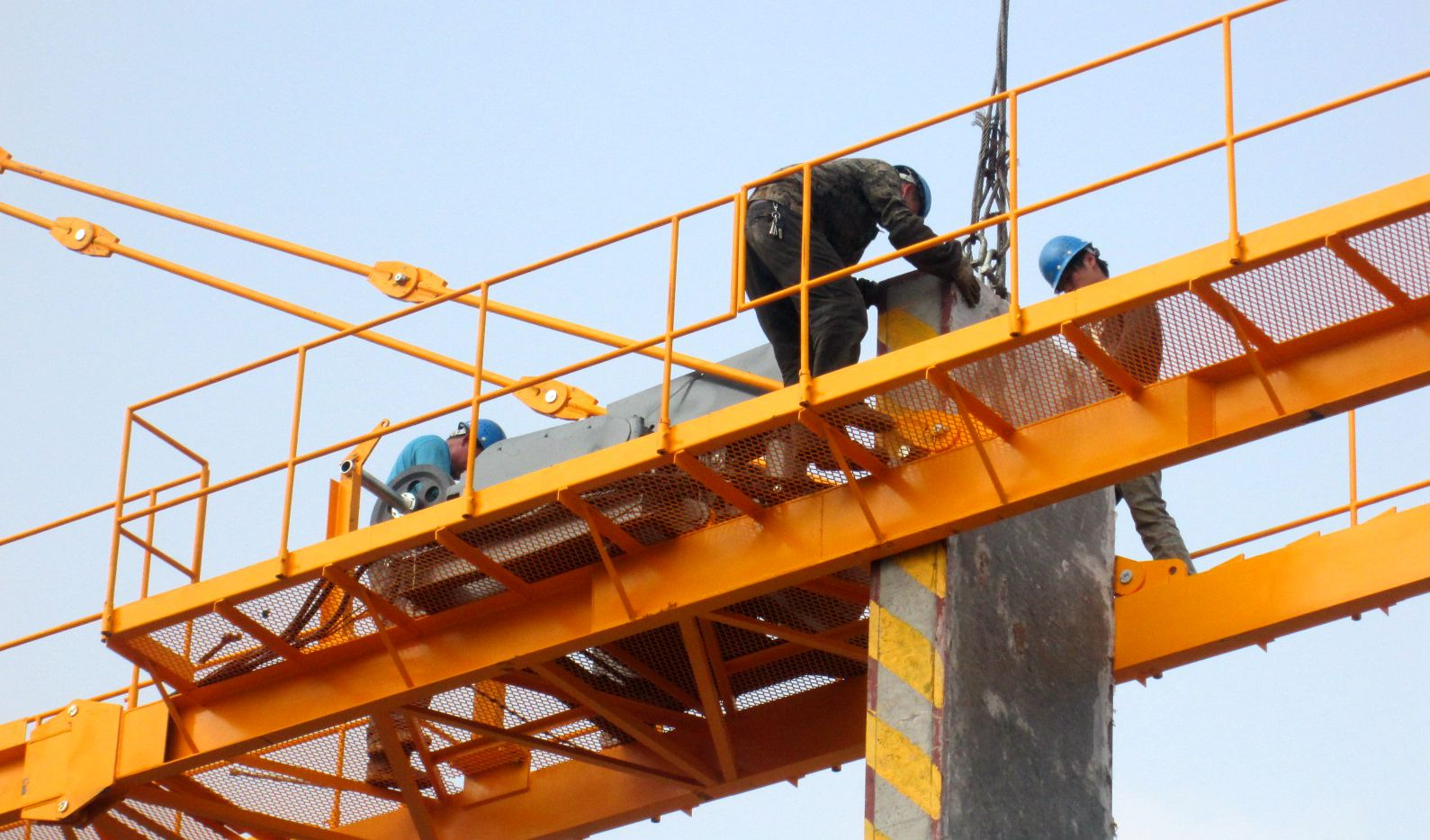 2月23日下午,高耸的塔吊上,动力安装工正在紧张地检修塔吊,更换钢丝绳
