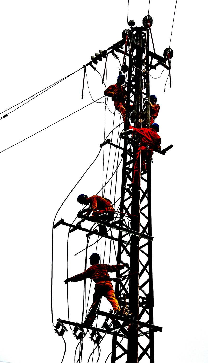 作品说明:《雄鹰剪影》 2009-5-10拍摄于广西平南县城区线路抢修.