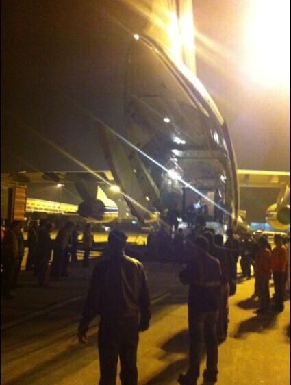 广州白云机场国际1号货站保障人员在飞机落点前