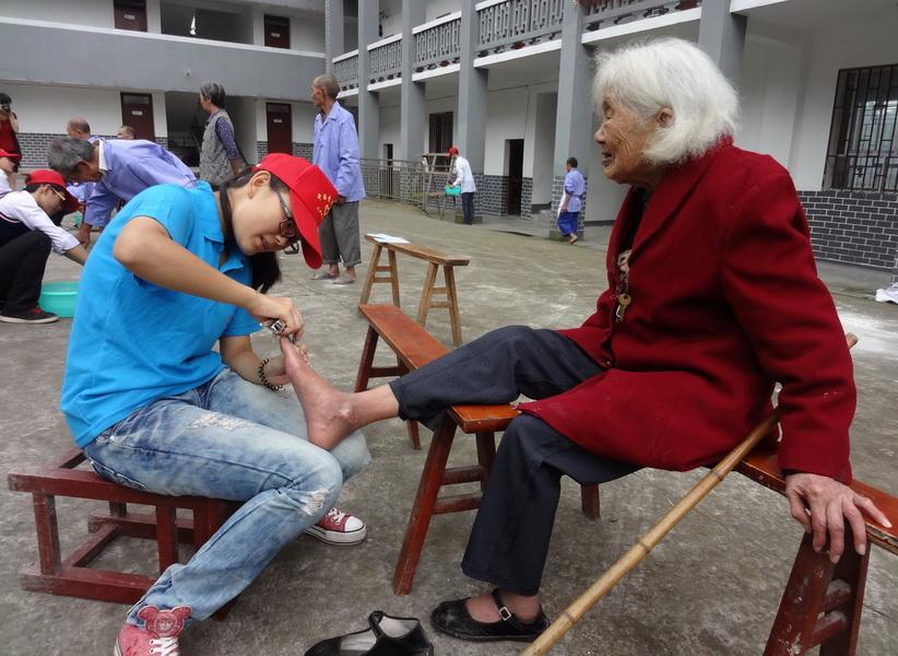指间情 学生为家长洗脚